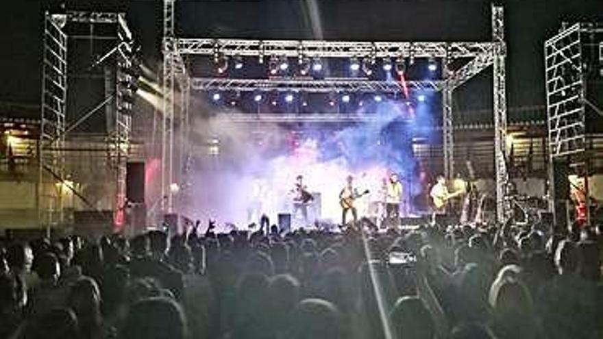 El público disfruta del concierto en el coso toresano.