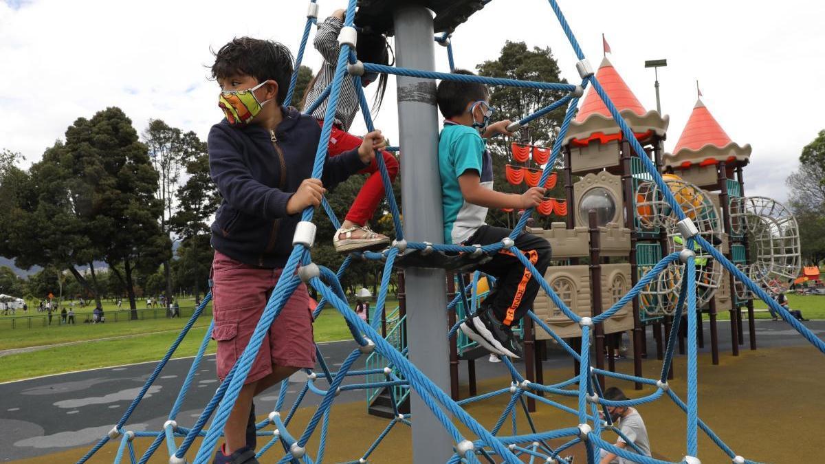 Chavales juegan en un parque.