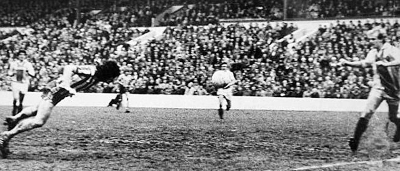 Un instante del partido entre el Wednesday y el United, disputado en el viejo Hillsborough.