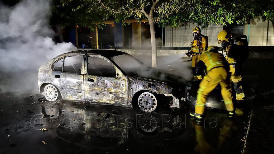 Sofocan un incendio en un vehículo en Son Hugo de madrugada