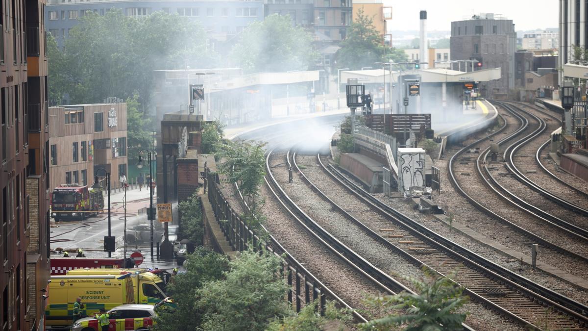 Imagen del incendio en la estación de tren de Elephant and Castle, en el sur de Londres.