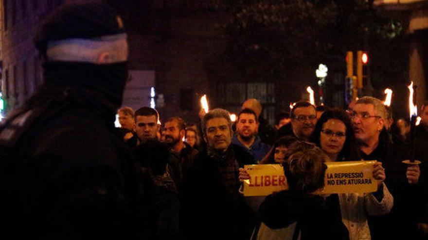 Una marxa amb torxes enceses recorre els carrers de Barcelona per reclamar la llibertat dels presos