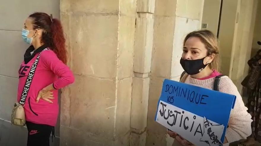 Tensión a la llegada al juicio de la acusa de asesinar a Dominique, el niño de acogida de Elda