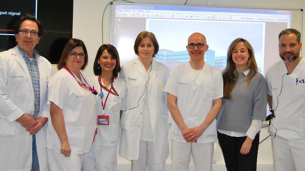 El doctor Ignacio Rodríguez Prada, primero por la izquierda, con parte del equipo de Aparato Digestivo del área sanitaria de Vigo