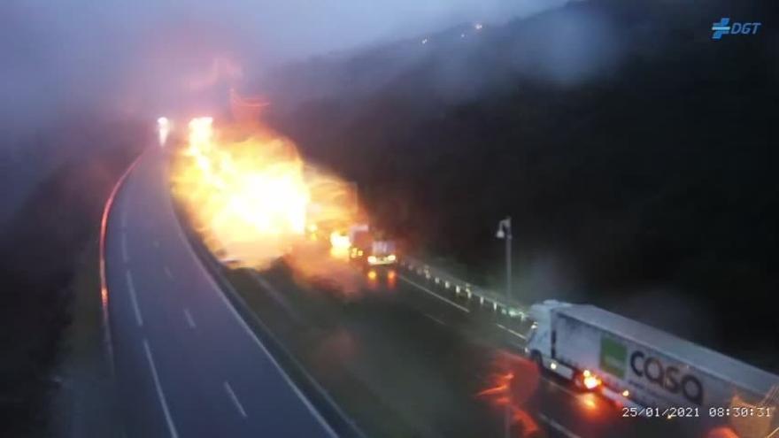 Cerrado el túnel de la A-52 en A Cañiza por el incendio de un camión