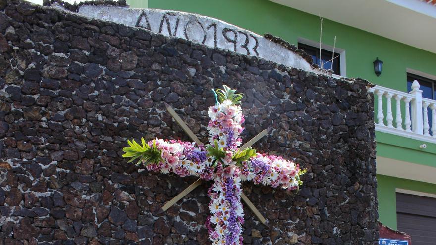 San Juan de la Rambla mantiene el tradicional enrame de las cruces