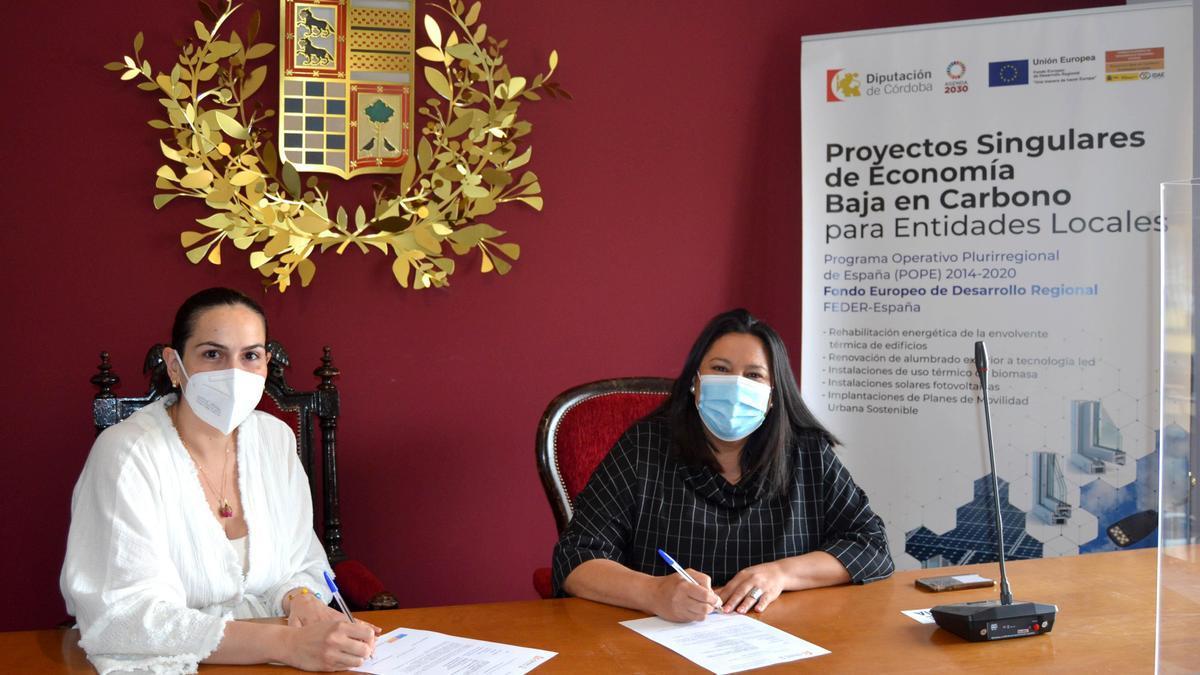 Desirée Benavides y Dolores Amo, durante su reunión en el Ayuntamiento de El Carpio.