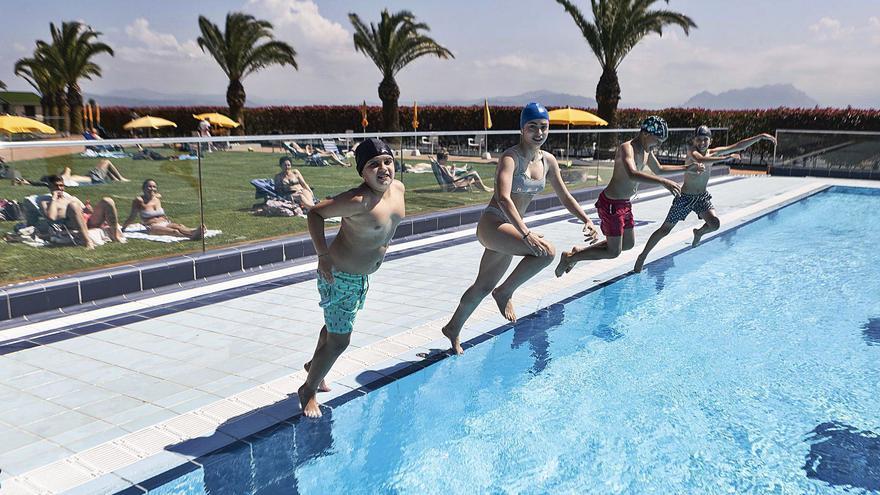 Chapuzones para nota en Oviedo: las piscinas del Centro Asturiano y el parque del Oeste reabren con ambiente tras el fin de los exámenes