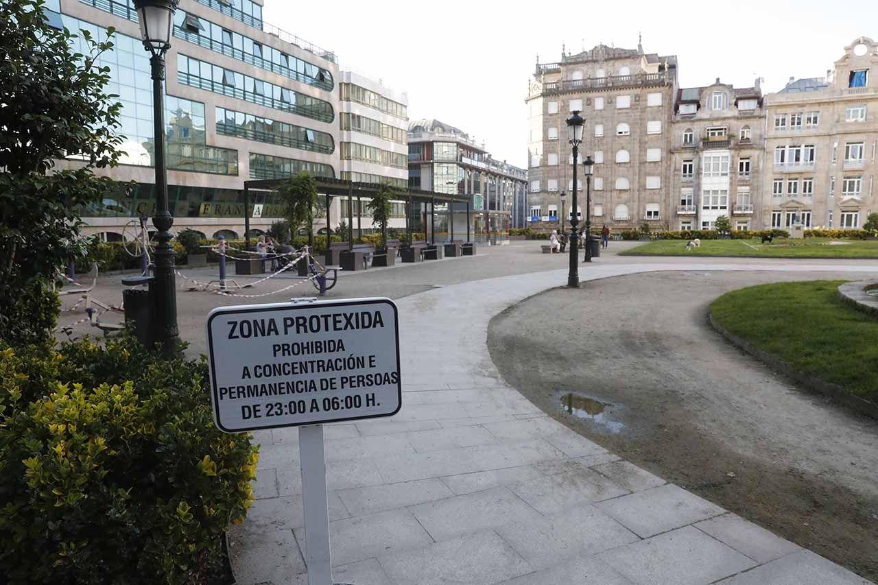 Zona precintada en Praza de Portugal para prevenir el botellón Pablo Hernández.jpg