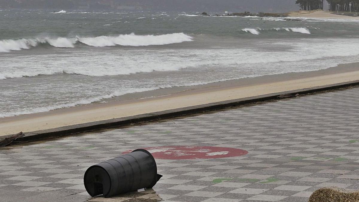 Contenedor arrastrado en el paseo de Samil, en Vigo, por el fuerte viento. |   // ALBA VILLAR