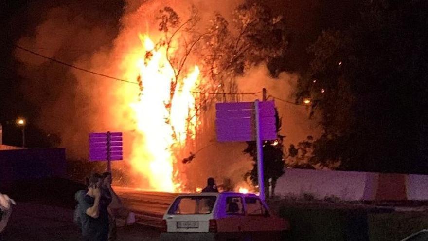 Un incendi de vegetació afecta una línia elèctrica a la Salanca de Llançà