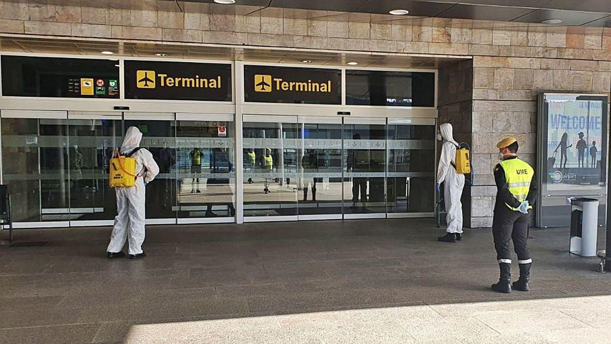 Labores de desinfección en la terminal de Alvedro durante el pasado mes de marzo.