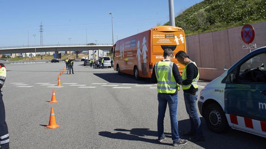 El autobús de Hazte Oír abandona Cataluña tras retirar su eslogan