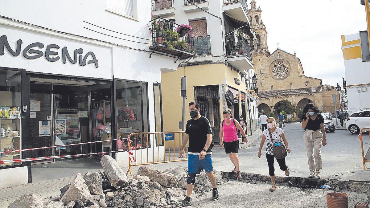 Varios peatones transitan por Santa Marñia de Grada, que está actualmente en obras.