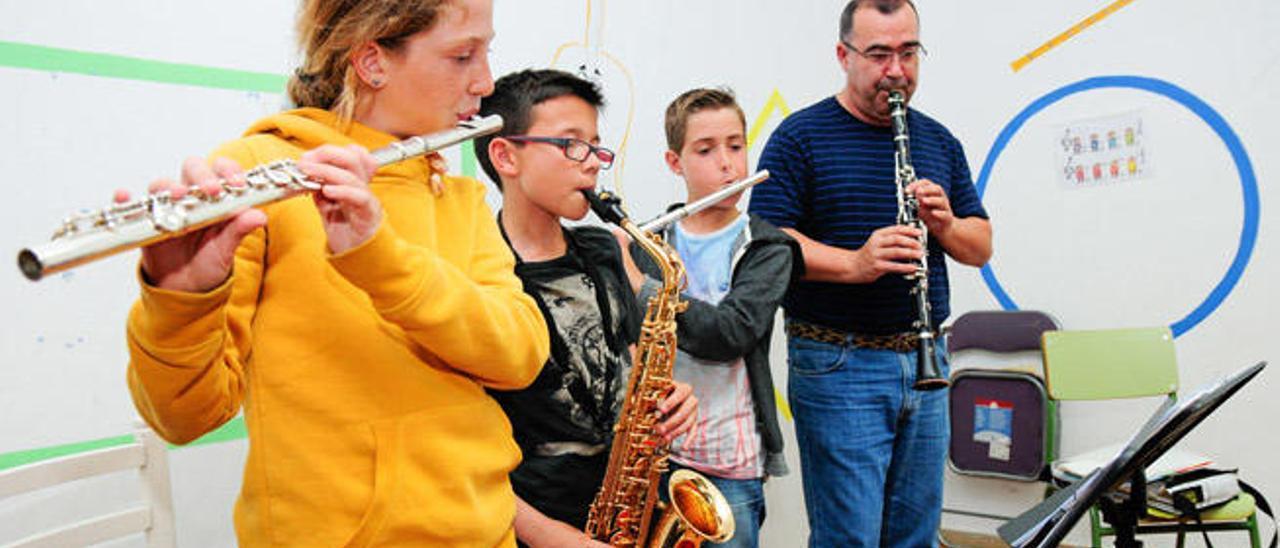 Alumnos de instrumentos de viento de metal durante una clase en la escuela de música Esmut.