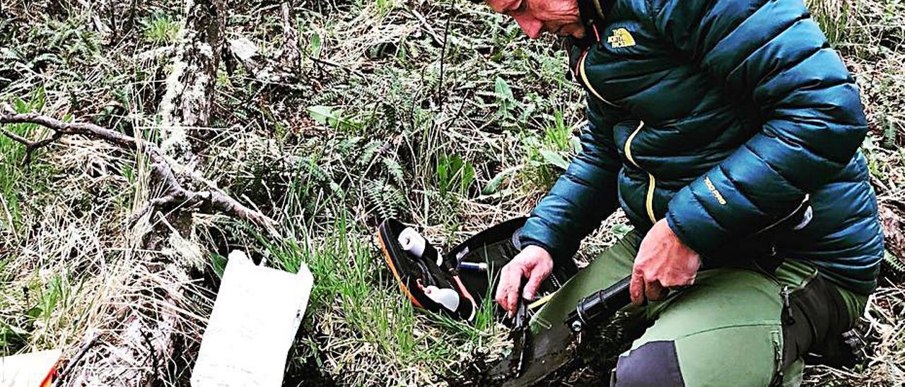 Mataix-Solera, analizando un suelo en la Patagonia.