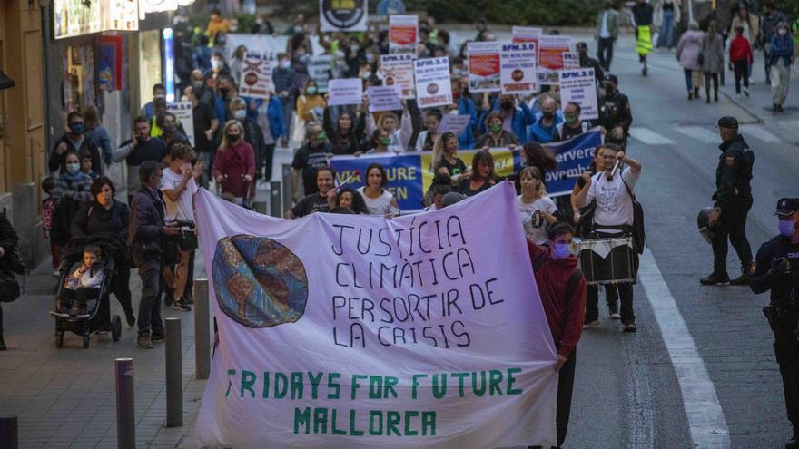 Más de 200 jóvenes se manifiestan por el cambio climático en Palma