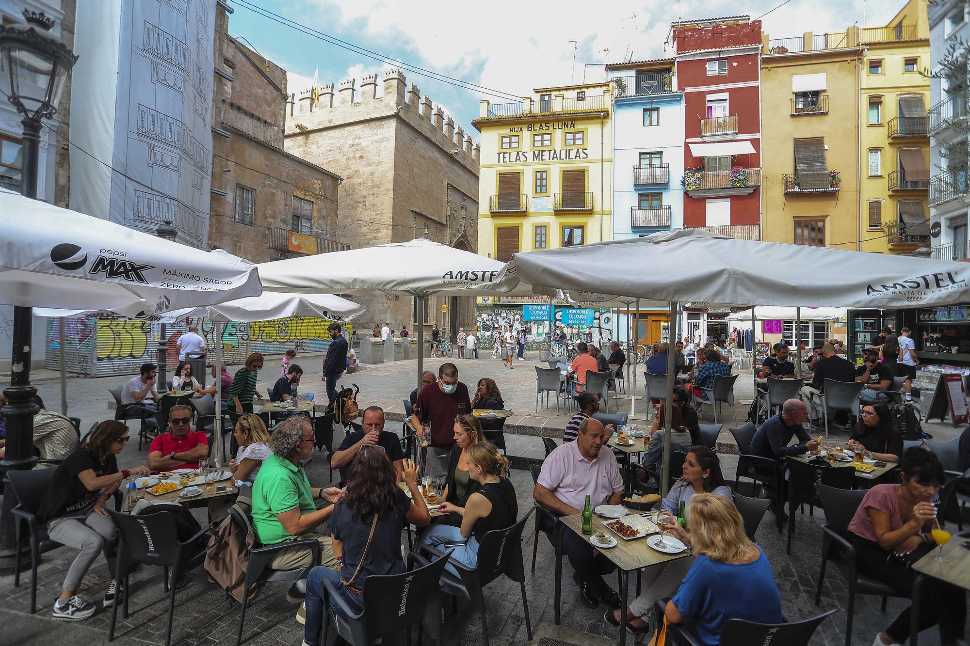 Los bares y las calles valencianas recuperan la efervescencia el 9 d'Octubre