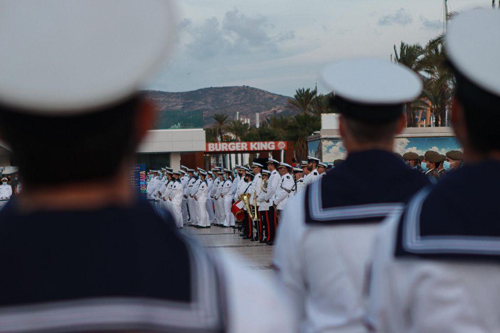 Arriado de bandera en el muelle Alfonso XII de Cartagena