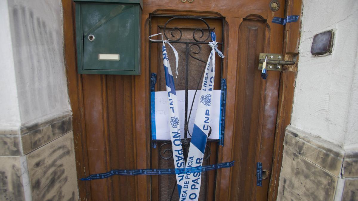 Precinto policial en una vivienda en la que se ha producido un crimen