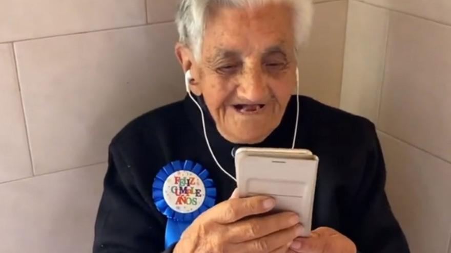 Cumple 105 años y se estrena en Instagram