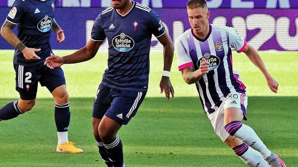 Renato Tapia conduce el balón.