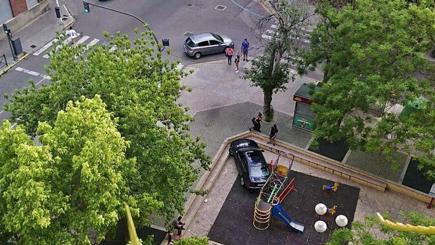 Un coche acaba empotrado dentro de un parque en Xàtiva