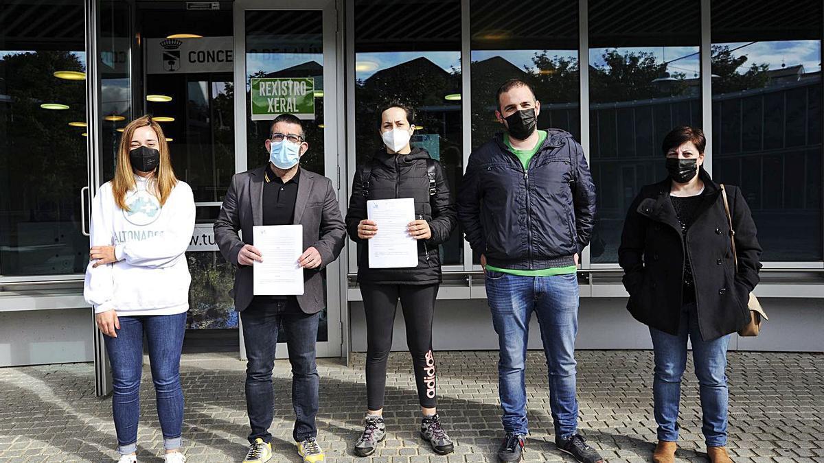 Miembros del BNG entregaron  las alegaciones en el Concello  de Lalín.   | // BERNABÉ/JAVIER LALÍN