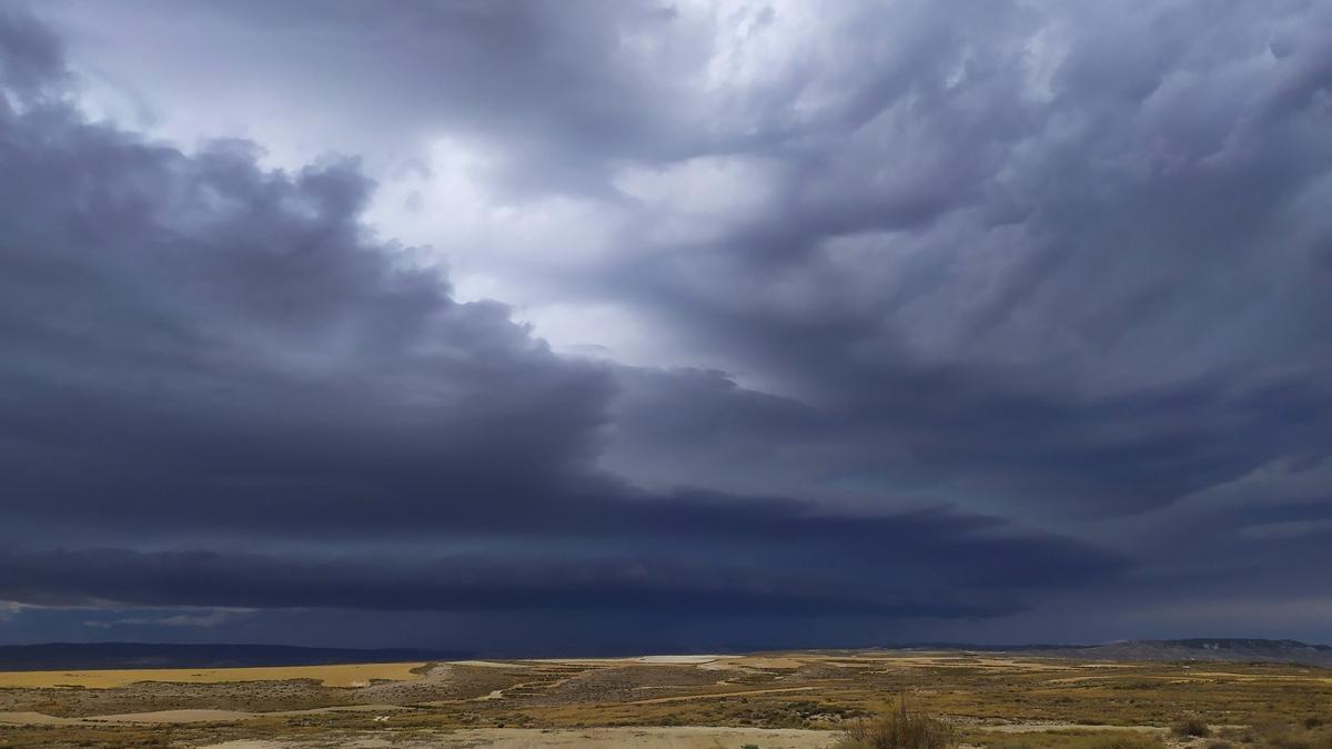 Cielo tormentoso en Mediana de Aragón, este sábado.