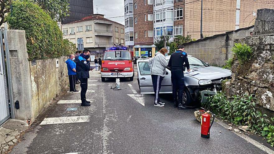Una salida de vía en el cruce Camiño Vello-avenida de Vigo se salda con 4 heridos leves