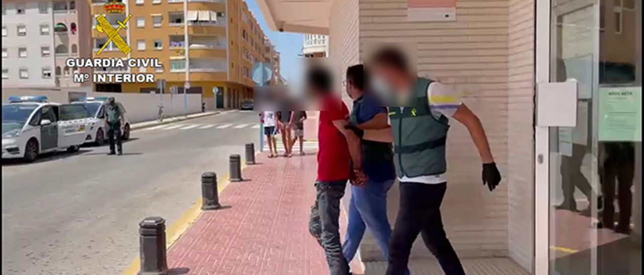 La Guardia Civil conduce al detenido por el intento de homicidio