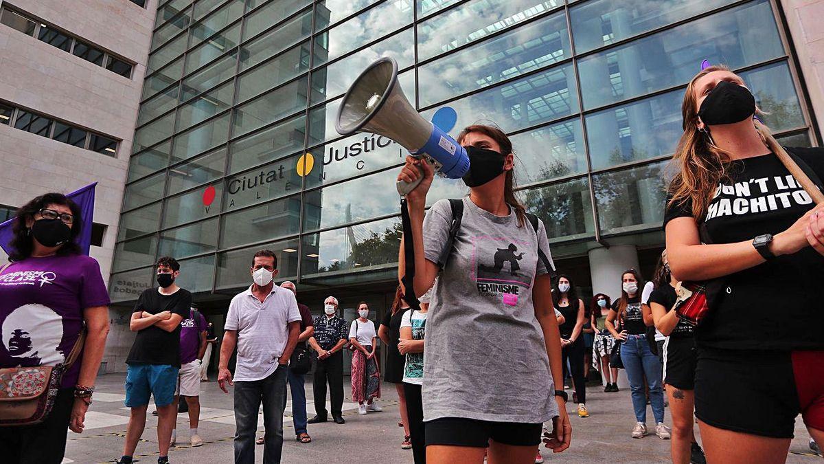 Concentración para rechazar la violencia contra las mujeres en la Ciudad de la Justicia