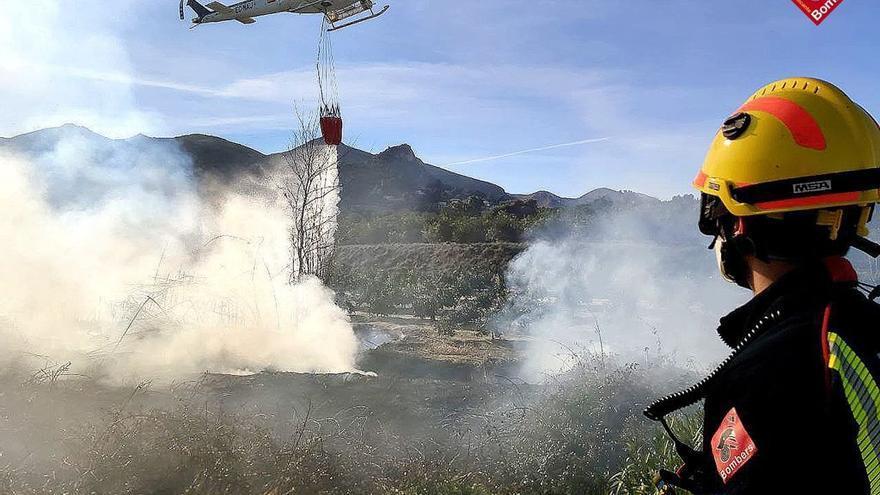 Los bomberos apagan un incendio de cañaveral en Pego