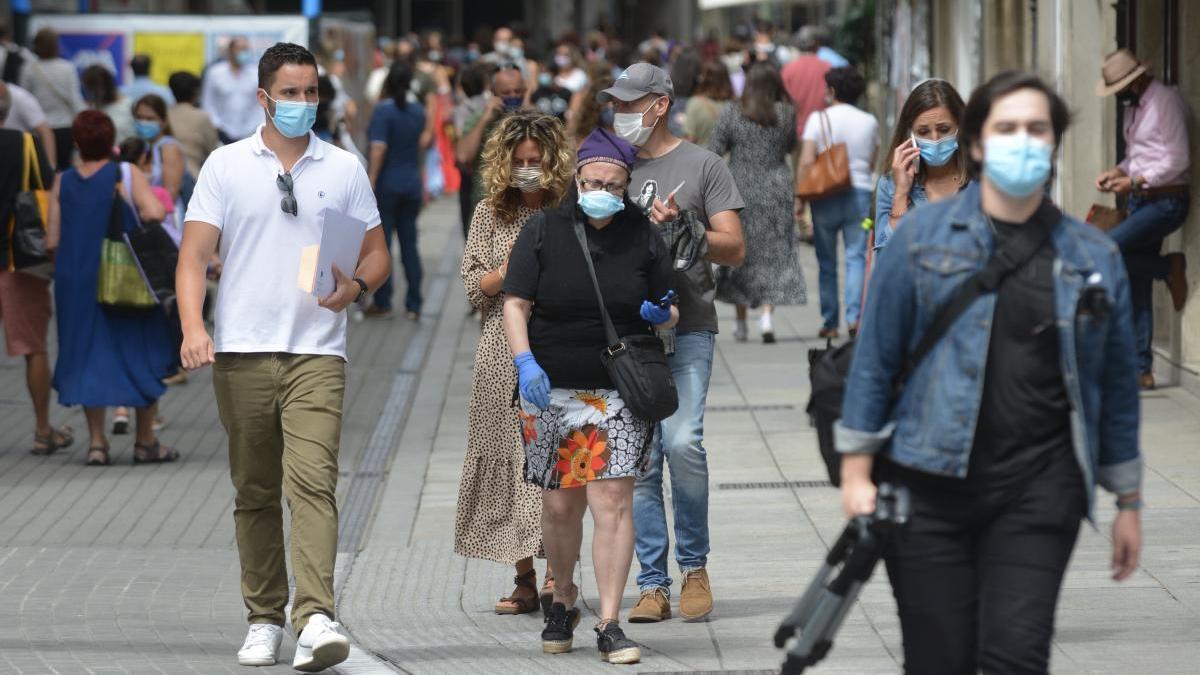 Gente con mascarilla paseando por el centro de Pontevedra.