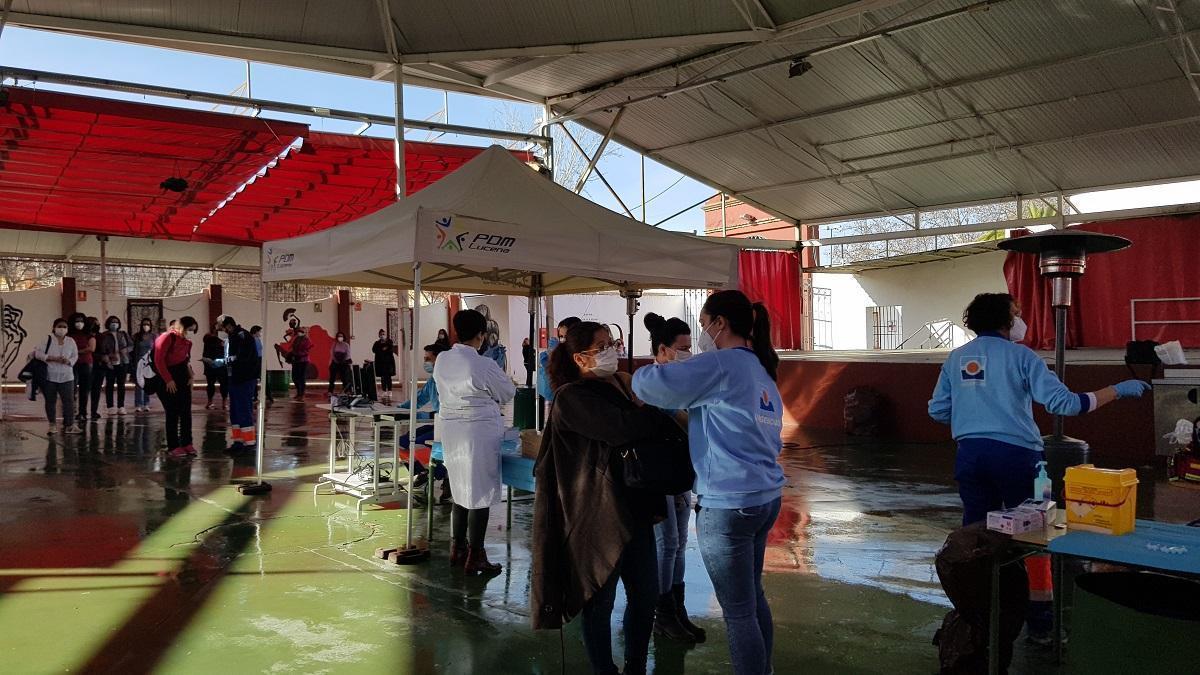 Trabajadoras de ayuda a domicilio de Lucena, Moriles y Monturque reciben la vacuna