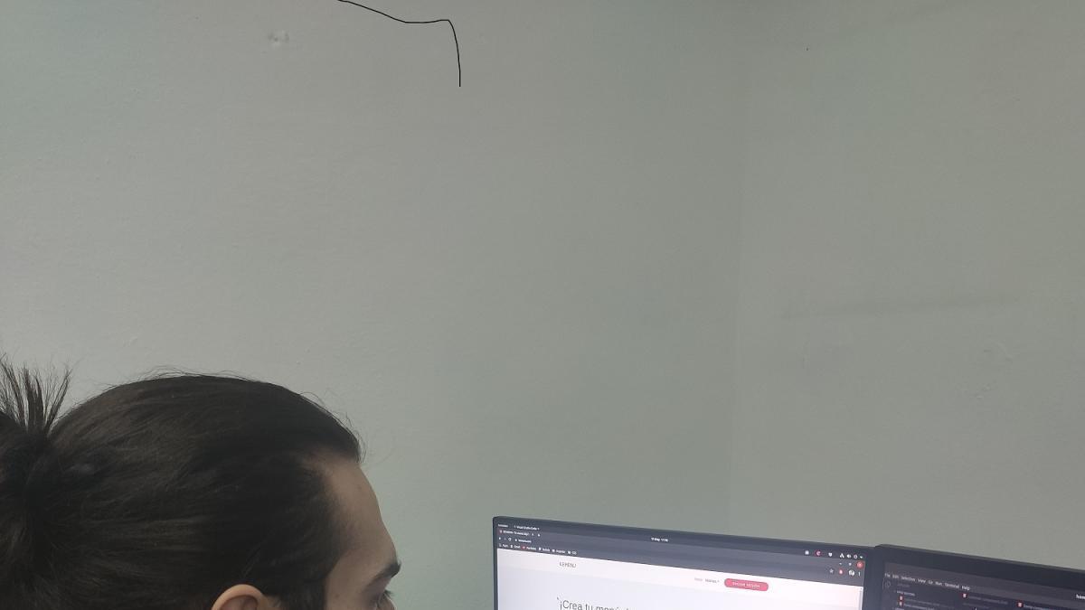 Uno de los creadores de Kemenu trabaja en la aplicación.