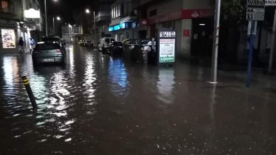 Las intensas lluvias provocan inundaciones de pluviales y fecales en calles, bajos y garajes de O Grove