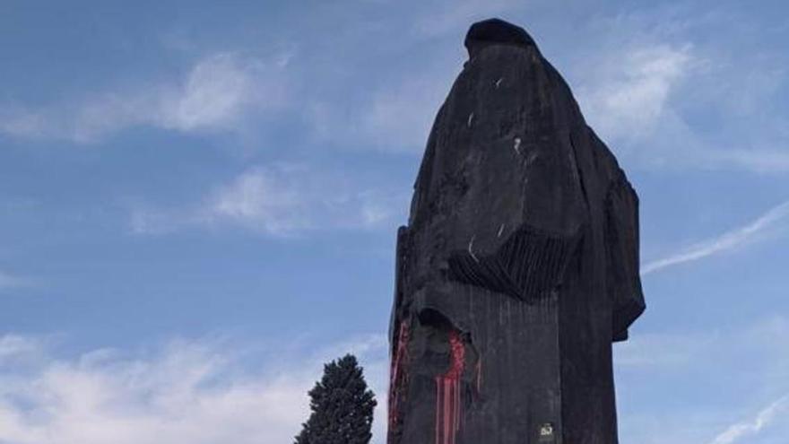 Las estatuas de Indalecio Prieto y Largo Caballero de Madrid, de nuevo con pintadas