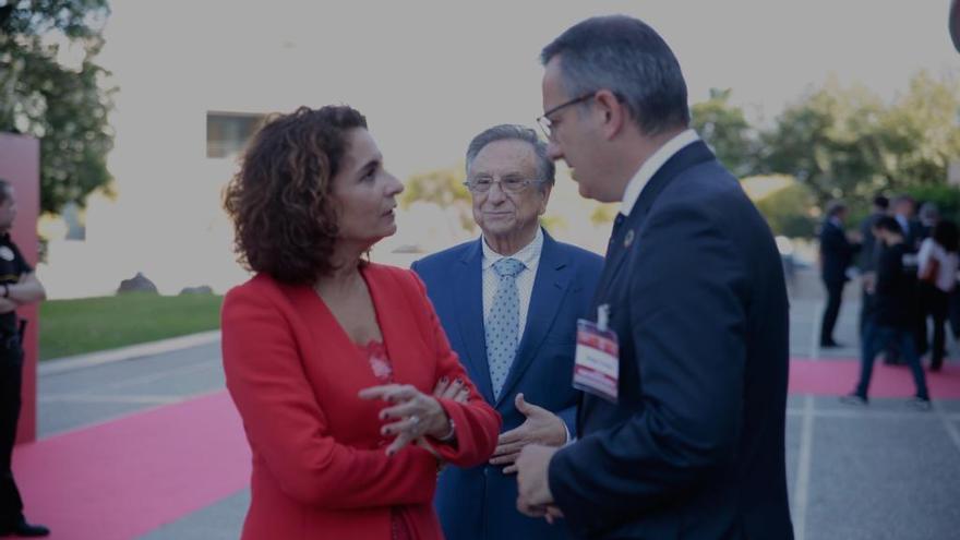 María Jesús  Montero y Pablo Casado 'venden' su oferta fiscal a las empresas