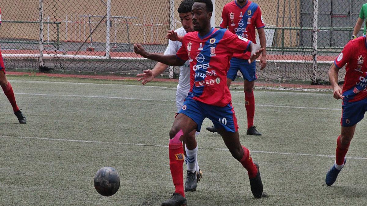 Abdoulaye Ba, jugador de la UD Lanzarote controla el balón ante la presión de un jugador del Tenerife B.     LP/DLP