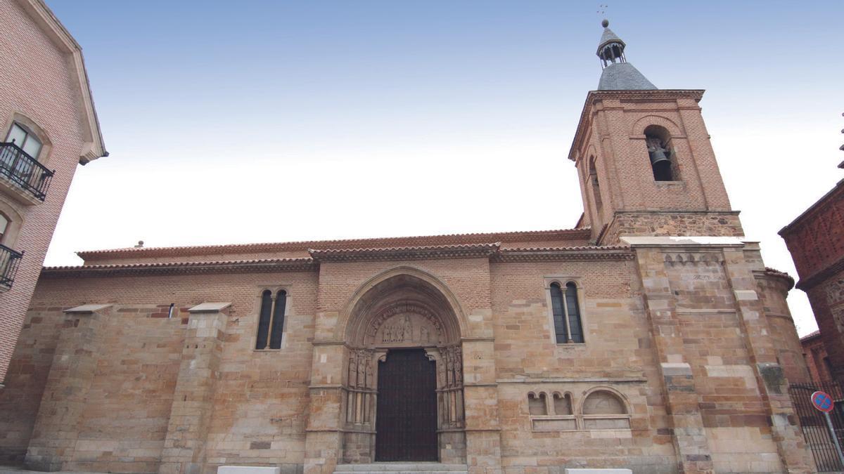 Vista de la iglesia de San Juan del Mercado desde la calle La Encomienda.