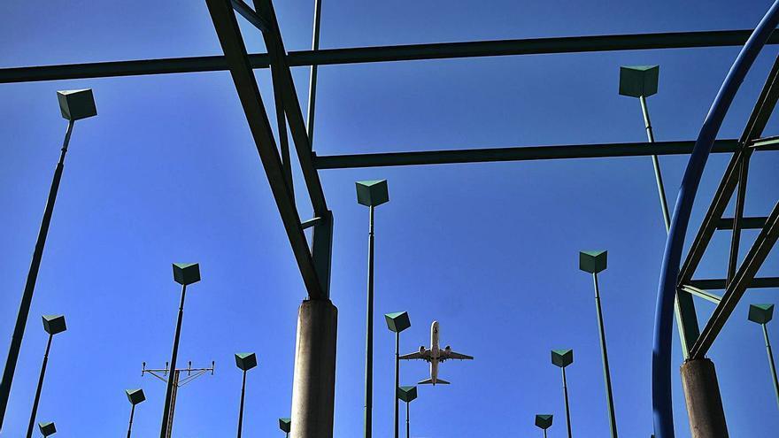 El impacto de un rayo inhabilita el sistema de ayuda al aterrizaje del aeropuerto de Alvedro