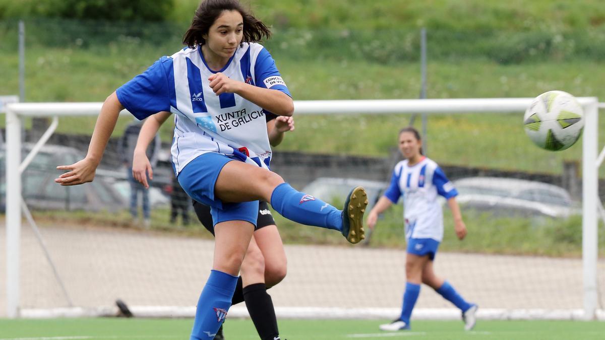 Paula Monteagudo dispara durante un partido con el Sárdoma.