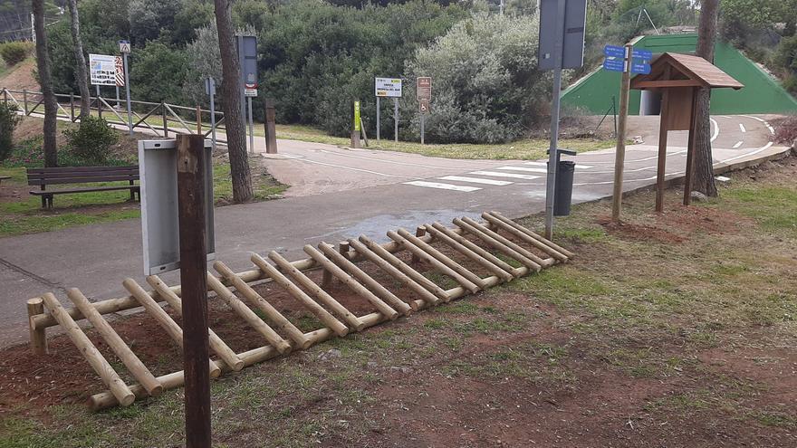 Los turistas ya pueden dejar su bici aparcada en el acceso a la vía verde por Orpesa