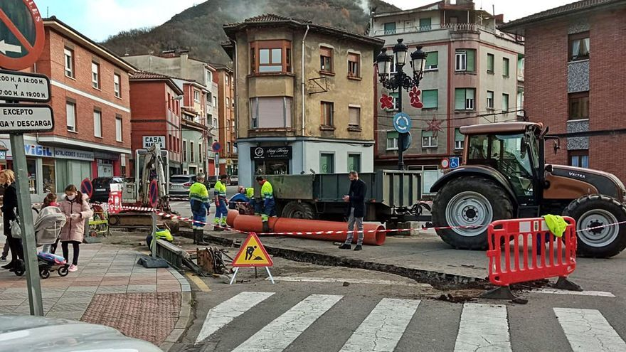 Los trabajos en la red de agua obligan a regular el tráfico en Moreda