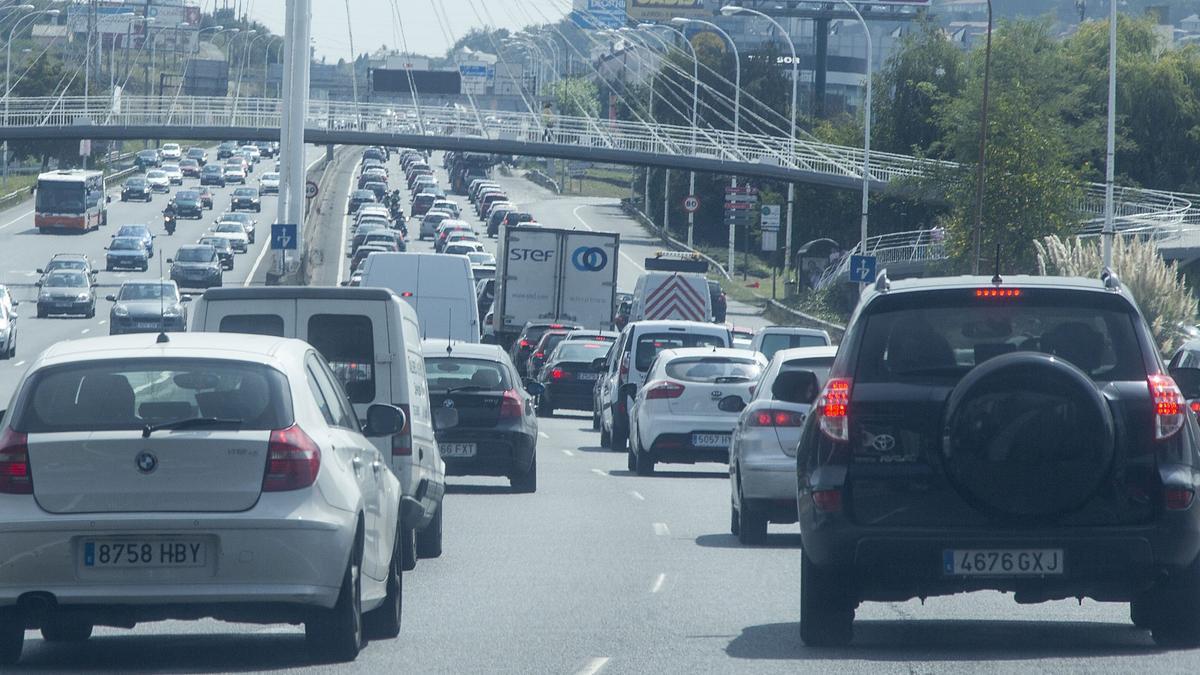Retenciones en la salida de A Coruña por la avenida de Alfonso Molina, en una imagen de archivo.