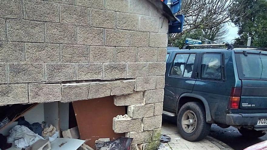 Atraviesa un galpón en Sada tras chocar con otro vehículo