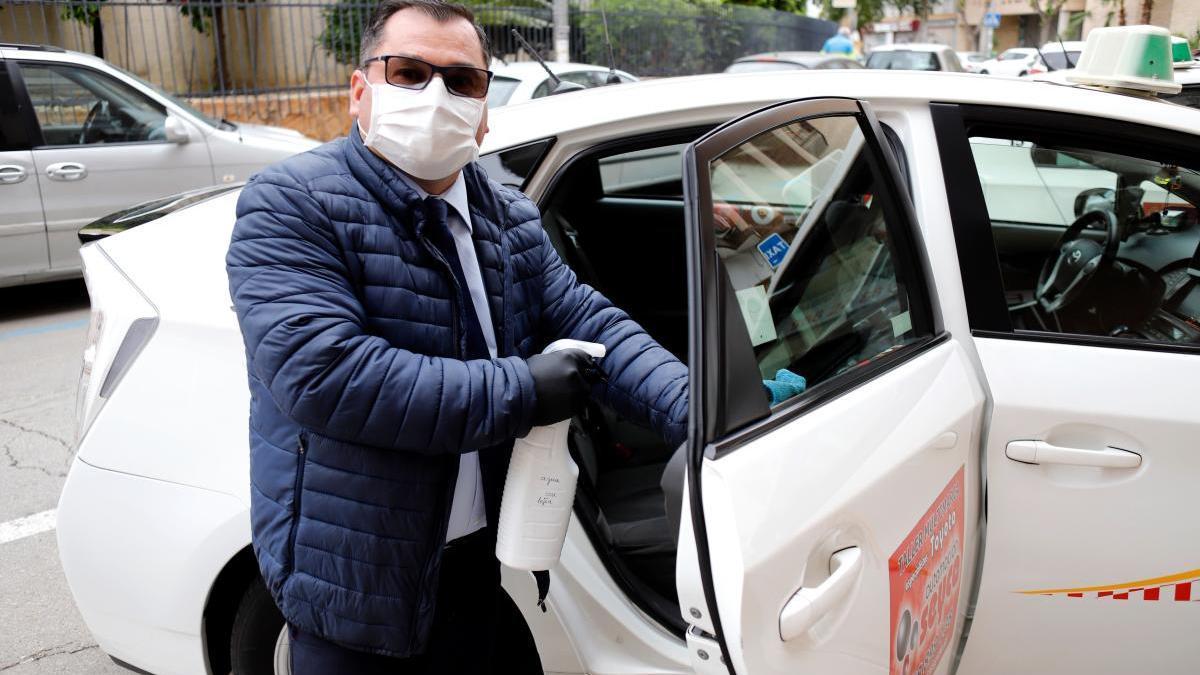 Un taxista de Murcia desinfecta su vehículo
