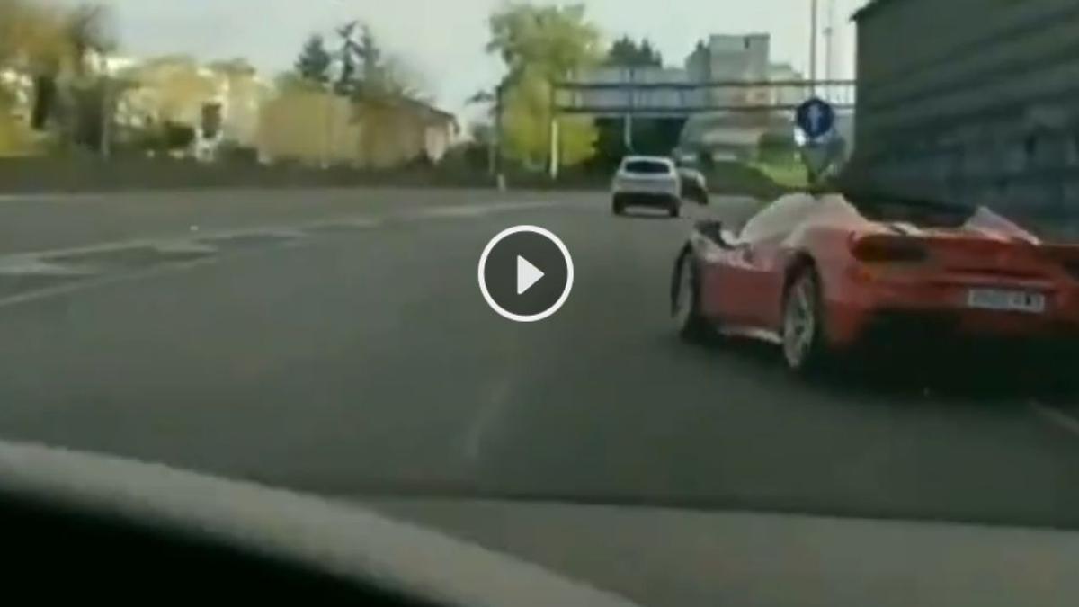 Momento en el que el Ferrari está a punto de colisionar contra el muro de la AP-9, en Vigo.