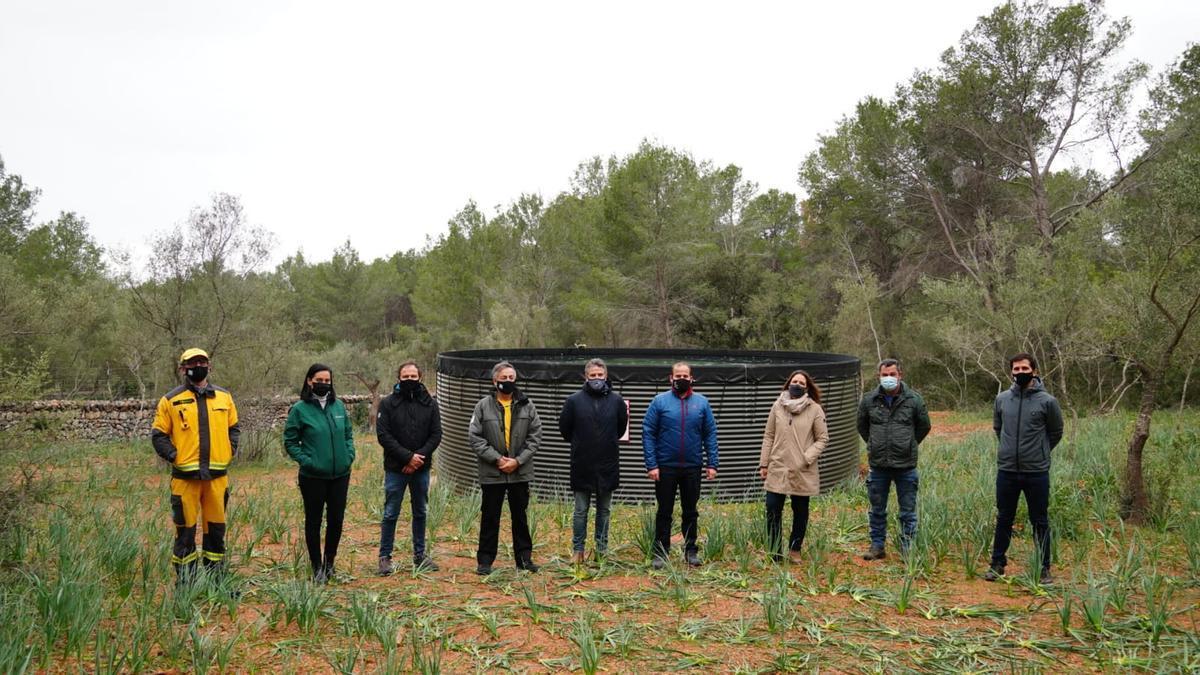 Cargos de la Conselleria y del ayuntamiento de Santa Maria han presentado hoy el depósito habilitado en la finca de Es Cabàs.